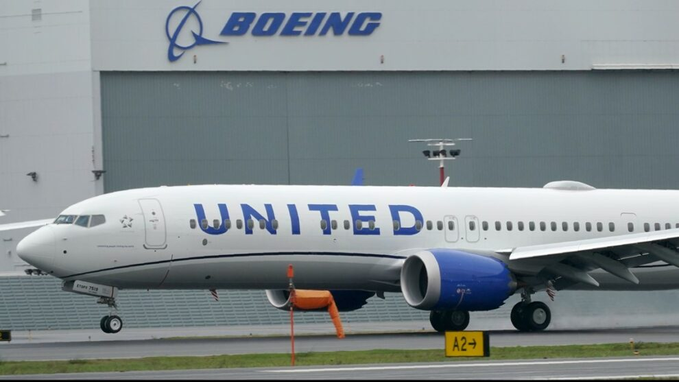 United becomes first major airline to require employees to be vaccinated